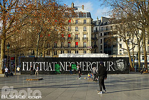 Photo : Place de la République après les attentats du 13 novembre 2015 (Inscription : Fluctuat Nec Mergitur), Paris (75003)