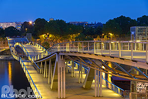 Passerelle Simone-de-Beauvoir la nuit, Paris (75013)