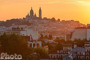 La Basilique du Sacré-Coeur et Montmartre vue depuis la Butte Bergeyre au coucher de soleil, Paris (75019), Ile-de-France, France
