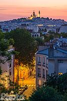 La Basilique du Sacré-Coeur et Montmartre vue depuis la Butte Bergeyre au crépuscule, Paris (75019), Ile-de-France, France