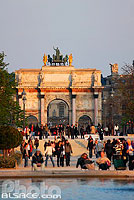 Photo : Fontaine et l'Arc de Triomphe du Carrousel, Jardin des Tuileries, Paris (75)