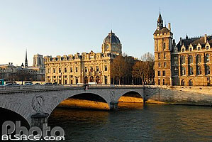 Photo : Pont au Change, La Conciergerie et le Tribunal de Commerce, Ile de la Cité, Paris (75)