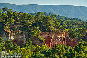 Photo : Vaucluse (84), Parc naturel régional du Luberon, Roussillon, Vue sur les falaises d'ocre depuis le village // FRANCE, Vaucluse (84), Luberon Regional Natural Park, Roussillon, View of the ocher cliff