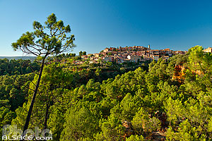 Photo : Vaucluse (84), Parc naturel régional du Luberon, Village de Roussillon // FRANCE, Vaucluse (84), Luberon Regional Natural Park, Village of Roussillon