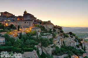 Photo : Vaucluse (84), Parc naturel régional du Luberon, Village de Gordes à l'aube // FRANCE, Vaucluse (84), Luberon Regional Natural Park, Village of Gordes at dawn