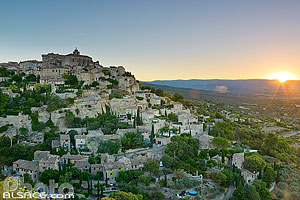 Photo : Vaucluse (84), Parc naturel régional du Luberon, Village de Gordes au lever de soleil // FRANCE, Vaucluse (84), Luberon Regional Natural Park, Village of Gordes at sunrise
