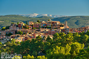 Photo : Vaucluse (84), Parc naturel régional du Luberon, Village de Roussillon et en arrière plan le Mont Ventoux // FRANCE, Vaucluse (84), Luberon Regional Nature Park, Roussillon Village and in the backgr