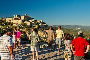 Photo : Vaucluse (84), Parc naturel régional du Luberon, Gordes, Touristes admirent le village de Gordes depuis un point de vue // FRANCE, Vaucluse (84), Luberon Regional Natural Park, Gordes, Tourists admire