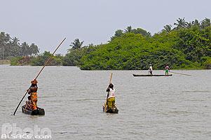 Photo : Pêcheurs et femmes en pirogues sur la lagune, Grand-Popo, Mono, Bénin