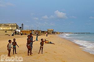 Photo : Enfants sur une plage à proximité du port de Cotonou, Bénin