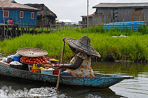 Photo : Marchande de fruits et légues en pirogue, Ganvié, Lac Nokoué, So-Ava, Atlantique, Bénin, Atlantique, Bénin
