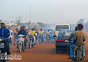 Photo : Circulation sur la route RNIE2 en sortant de Cotonou, Godomè, Abomey-Calavi, Atlantique, Bénin, Atlantique, Bénin