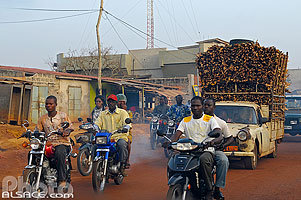 Photo : Circulation sur la route RNIE2 en sortant de Cotonou, Godomè, Abomey-Calavi, Atlantique, Bénin