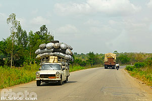 Photo : Transport de charbon, Route RNIE2, Abomey, Zou, Bénin
