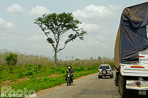 Photo : Circulation sur la route RNIE2, Abomey, Zou, Bénin