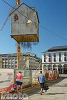 Photo : Pulled by the Roots (maison à racines suspendue) oeuvre de Leandro Erlich sur Marktplaz, Karlsruhe, Baden-Württemberg, Allemagne