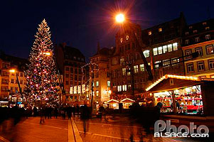 Photo : Grand sapin de Noël et village du partage, Place Kleber, Strasbourg, Bas-Rhin (67), Alsace, France