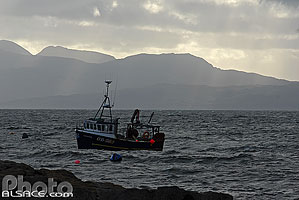 Photo : Bateau de pêche et Rùm depuis Elgol, Isle of Skye, Highlands, Scotland, United Kingdom, Highlands, Scotland