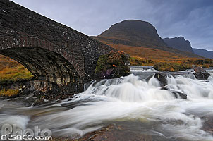 Photo : Pont au-dessus de Russel Burn sur la route en direction de Applecross et Coire a Chaorachain, Wester Ross, Highlands, Scotland, United Kingdom, Highlands, Scotland