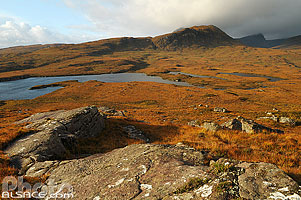 Photo : Lochanan Dubha et Ben More Coigach, Coigach, Inverpolly, Wester Ross, Highlands, Scotland, United Kingdom