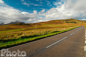 Photo : A837 road et Cul Mor, North West Sutherland, Highlands, Scotland, United Kingdom