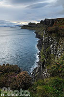 Sound of Raasay et falaise, Ellishadder, Isle of Skye, Highlands, Scotland, United Kingdom