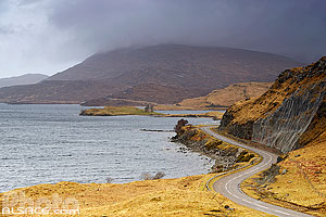 Loch Assynt et Ardvreck castle et route A837 (North Coast 500), North West Sutherland, Highlands, Scotland, United Kingdom