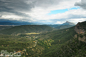 Photo : Santa Cruz de Seros et Peña Oroel, Aragon, Spain