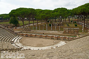 Photo : Théâtre d'Ostie et place des Corporations, Ostie (Ostia Antica) ancien port de la Rome antique, Rome Latium, Italie