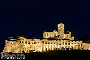 Photo : Basilique Saint-François d'Assise la nuit (Basilica di San Francesco), Assise, Ombrie, Italie