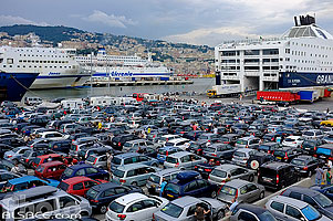Photo : Italie, Ligurie, Gênes, Port de Gênes, Ponte Assereto, Voitures en attentes d'embarquement sur un ferry pour la Sicile // Italy, Liguria, Genoa, Port of Genoa, Ponte Assereto, Cars waiting to board on