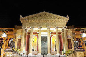 Photo : Illumination du Teatro Massimo, Palermo, Sicile, Italie