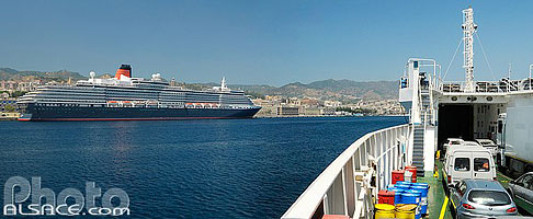 Photo : Le Queen Victoria dans le port de Messine, Messina, Sicile, Italie