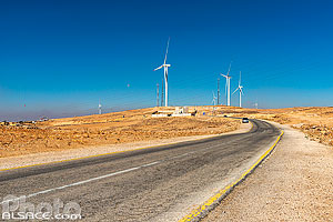 Photo : Eoliennes au bord de la route du Roi (King's Highway), Ma'an, Jordanie