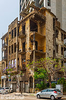 Photo : Immeuble avec des impacts de balle vestige de la guerre civile, Rue de Damas, Beyrouth, Liban, Beyrouth, Liban