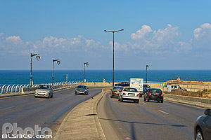 Photo : Circulation automobile sur la corniche de Beyrouth, Avenue du Général de Gaulle, Beyrouth, Liban