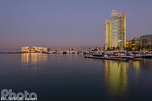 Photo : Zaitunay Bay et Marina Towers la nuit, Marfaa, Beyrouth, Liban