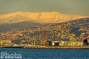 Urbanisation du littoral au Liban et le mont Sannine sous la neige en hiver vue depuis la corniche de Beyrouth, Liban, Beyrouth, Liban