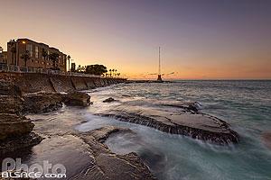 Bord de mer au pied de la Corniche de Beyrouth au crépuscule, Dar Mreisse, Beyrouth, Liban, Beyrouth, Liban