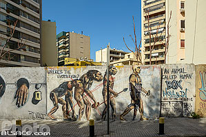 Photo : Fresque (Wheres the Evolution ?) sur un mur de la rue Dunant , Ras Beyrouth, Beyrouth, Liban