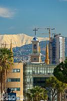 Clocher de la cathédrale Maronites, Minarets de la mosquée de Beyrouth, Immeubles et grues de chantier et en arrière plan le mont Sannine sous la neige, Beyrouth, Liban, Beyrouth, Liban