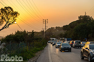Photo : Circulation automobile dense sur la route Aajaltoun-Faraiya le soir, Mont-Liban, Liban
