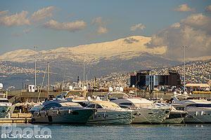 Yachts dans la marina de Beyrouth (Zaitunay Bay) et le Mont Sannine sous la neige en hiver, Marfaa, Beyrouth, Liban, Beyrouth, Liban