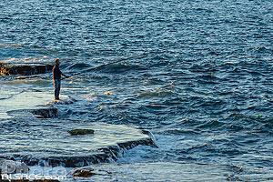 Pêcheur sur un rocher au bord de la corniche de Beyrouth, Dar Mreisse, Beyrouth, Liban, Beyrouth, Liban