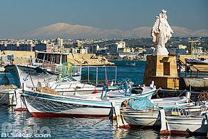 Port de pêche de Tyr et statue de la Sainte Vierge avec en arrière plan le Mont Liban sous la neige, Tyr (Sour), Liban-Sud, Liban, Liban-Sud, Liban