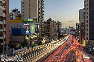 Photo : Circulation automobile la nuit sur l'autoroute urbaine 51M, Rue Salim Salam, Moussaitbé, Beyrouth, Liban