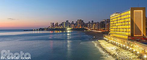 Plage de Ramleh Al Bayda (plage publique de Beyrouth) et l'hôtel Lancaster Eden Bay au crépuscule, Moussaitbé, Beyrouth, Liban, Beyrouth, Liban