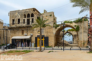 Photo : Place et maison traditionnelle partiellement en ruine dans le centre ancien de Tyr, Tyr (Sour), Liban-Sud, Liban