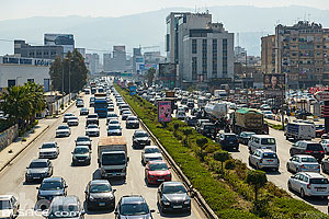 Photo : Circulation automobile dense sur l'autoroute 51M entre Beyrouth et Jounieh (autoroute 2x5 voies), Bourj Hammoud, Mont-Liban, Liban