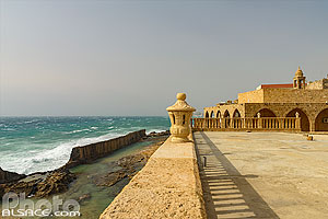 Photo : Le mur phénicien de Batroun et l'église Notre-Dame de la Mer (Our Lady of the Sea Church ou Saydet al Bahr), Batroun, Liban-Nord, Liban